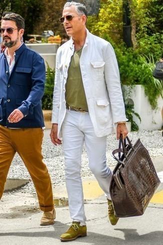 Dunkelbraune Leder Sporttasche kombinieren: trends 2020: Für ein bequemes Couch-Outfit, vereinigen Sie eine weiße Shirtjacke mit einer dunkelbraunen Leder Sporttasche. Komplettieren Sie Ihr Outfit mit olivgrünen Chukka-Stiefeln aus Wildleder, um Ihr Modebewusstsein zu zeigen.
