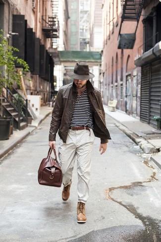 Erwägen Sie das Tragen von einer dunkelbraunen ledershirtjacke und einem braunen ledergürtel von Asos für Ihren Bürojob. Komplettieren Sie Ihr Outfit mit einer beige lederfreizeitstiefeln.