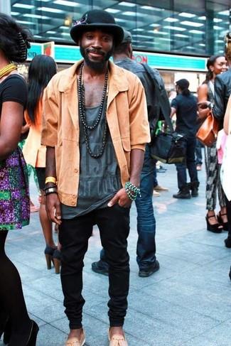 Beige Segeltuch Slipper mit Quasten kombinieren: trends 2020: Kombinieren Sie eine orange Shirtjacke mit einer schwarzen Jogginghose für ein Alltagsoutfit, das Charakter und Persönlichkeit ausstrahlt. Schalten Sie Ihren Kleidungsbestienmodus an und machen beige Segeltuch Slipper mit Quasten zu Ihrer Schuhwerkwahl.