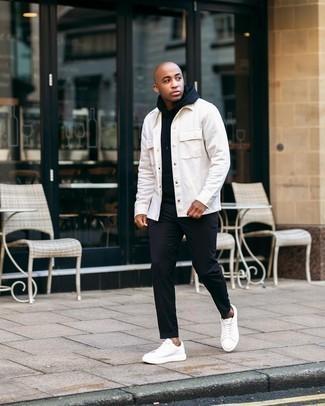 Schwarze Chinohose kombinieren – 500+ Herren Outfits: Entscheiden Sie sich für eine weiße Shirtjacke und eine schwarze Chinohose für Drinks nach der Arbeit. Fühlen Sie sich mutig? Wählen Sie weißen Leder niedrige Sneakers.