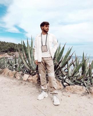 Wie kombinieren: weiße Wollshirtjacke, weißer Pullover mit einem Rundhalsausschnitt, hellbeige Cargohose, weiße Sportschuhe