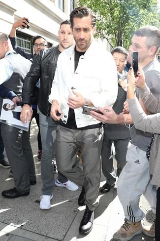 Wie kombinieren: weiße Shirtjacke, schwarzes T-Shirt mit einem Rundhalsausschnitt, graue Chinohose, schwarze Leder Derby Schuhe