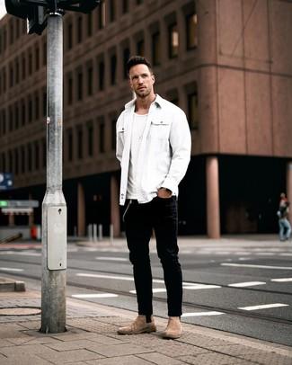 Wie kombinieren: weiße Shirtjacke, weißes T-Shirt mit einem Rundhalsausschnitt, schwarze Jeans, braune Chelsea-Stiefel aus Wildleder