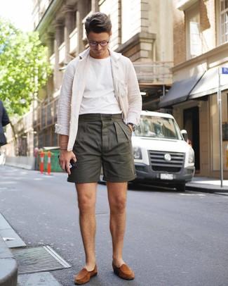 Wie kombinieren: weiße Leinen Shirtjacke, weißes T-Shirt mit einem Rundhalsausschnitt, olivgrüne Shorts, rotbraune Wildleder Slipper