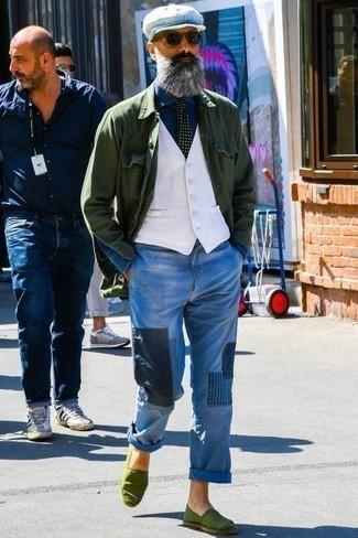Blaue Jeans mit Flicken kombinieren: trends 2020: Kombinieren Sie eine dunkelgrüne Shirtjacke mit blauen Jeans mit Flicken für ein bequemes Outfit, das außerdem gut zusammen passt. Olivgrüne Segeltuch Espadrilles fügen sich nahtlos in einer Vielzahl von Outfits ein.