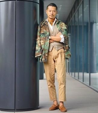 Hellbeige Weste kombinieren: trends 2020: Entscheiden Sie sich für einen klassischen Stil in einer hellbeige Weste und einer beige Chinohose. Dieses Outfit passt hervorragend zusammen mit beige Wildleder Slippern.