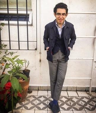 Herren Outfits 2020: Tragen Sie eine dunkelblaue Leinen Shirtjacke und eine graue Anzughose, um vor Klasse und Perfektion zu strotzen. Dunkelblaue Wildleder Slipper sind eine ideale Wahl, um dieses Outfit zu vervollständigen.
