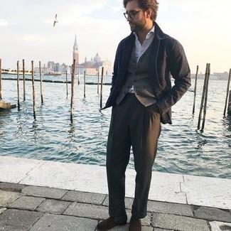 Dunkelgraue Socken kombinieren – 500+ Herren Outfits: Kombinieren Sie eine dunkelblaue Shirtjacke mit dunkelgrauen Socken für einen entspannten Wochenend-Look. Dunkelbraune Wildleder Slipper bringen klassische Ästhetik zum Ensemble.