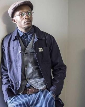 Wie kombinieren: dunkelblaue Shirtjacke, graue vertikal gestreifte Weste, dunkelblaues und weißes vertikal gestreiftes Langarmhemd, blaue vertikal gestreifte Jeans
