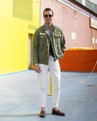 Dunkelbraune Leder Slipper kombinieren – 500+ Herren Outfits: Kombinieren Sie eine olivgrüne Shirtjacke mit weißen Jeans für ein großartiges Wochenend-Outfit. Fühlen Sie sich mutig? Ergänzen Sie Ihr Outfit mit dunkelbraunen Leder Slippern.