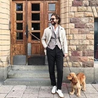 Dunkelgrüne Sonnenbrille kombinieren – 981+ Herren Outfits: Eine weiße Shirtjacke und eine dunkelgrüne Sonnenbrille sind das Outfit Ihrer Wahl für faule Tage. Vervollständigen Sie Ihr Outfit mit weißen Segeltuch niedrigen Sneakers, um Ihr Modebewusstsein zu zeigen.