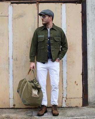 Olivgrüne Segeltuch Reisetasche kombinieren – 15 Herren Outfits: Eine dunkelgrüne Shirtjacke und eine olivgrüne Segeltuch Reisetasche vermitteln eine sorglose und entspannte Atmosphäre. Fühlen Sie sich ideenreich? Entscheiden Sie sich für eine braune Wildlederfreizeitstiefel.