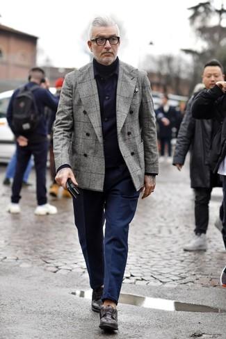 dunkelblaue Shirtjacke, graues Zweireiher-Sakko mit Schottenmuster, schwarzer Rollkragenpullover, dunkelblaue Chinohose für Herren