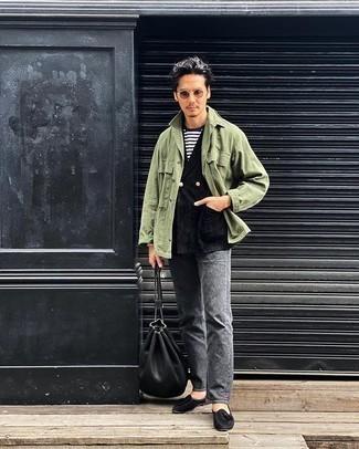 Graue Jeans kombinieren – 500+ Herren Outfits: Kombinieren Sie eine olivgrüne Shirtjacke mit grauen Jeans für ein sonntägliches Mittagessen mit Freunden. Fühlen Sie sich ideenreich? Wählen Sie schwarzen Wildleder Slipper mit Quasten.