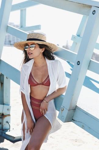 Diese Kombination aus einem weißen shirtkleid und einer bikinihose fällt genau aus den richtigen Gründen auf.
