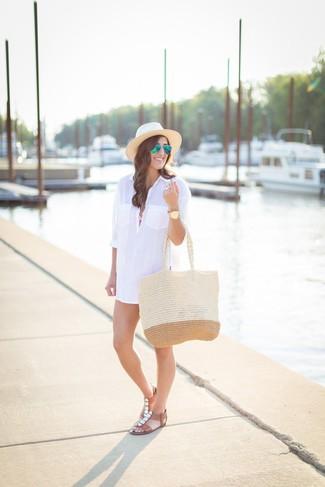 Wie kombinieren: weißes Shirtkleid, rosa Bikinioberteil, rosa Bikinihose, braune verzierte flache Sandalen aus Leder