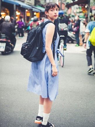 Weiße Socken kombinieren – 110 Damen Outfits: Tragen Sie ein blaues vertikal gestreiftes Shirtkleid zu weißen Socken, um ein entspanntes Outfit zu erzielen. Schwarze flache Sandalen aus Segeltuch sind eine großartige Wahl, um dieses Outfit zu vervollständigen.