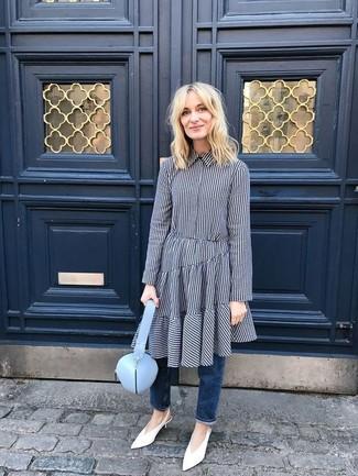 Wie kombinieren: dunkelblaues Shirtkleid mit Vichy-Muster, dunkelblaue Jeans, weiße Leder Pumps, hellblaue Leder Umhängetasche