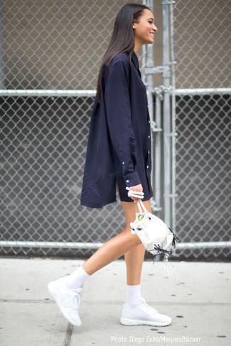 dunkelblaues Shirtkleid, weiße Sportschuhe, weiße Leder Beuteltasche, weiße Socke für Damen