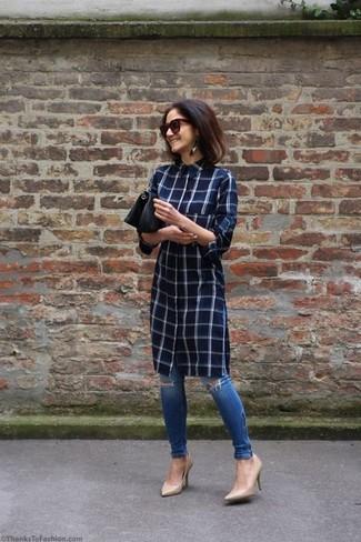Wie kombinieren: dunkelblaues Shirtkleid mit Karomuster, blaue enge Jeans mit Destroyed-Effekten, hellbeige Leder Pumps, schwarze Leder Clutch
