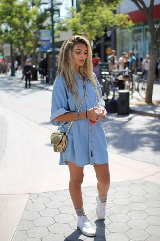 Wie kombinieren: hellblaues Jeansshirtkleid, weiße hohe Sneakers aus Segeltuch, goldene Leder Umhängetasche, hellbeige Socke