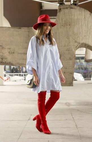 Wie kombinieren: hellblaues vertikal gestreiftes Shirtkleid, rote Overknee Stiefel aus Wildleder, olivgrüne Leder Umhängetasche, roter Wollhut
