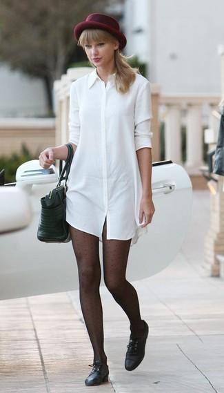 Wie kombinieren: weißes Shirtkleid, schwarze Leder Oxford Schuhe, schwarze Shopper Tasche aus Leder, dunkelroter Wollhut