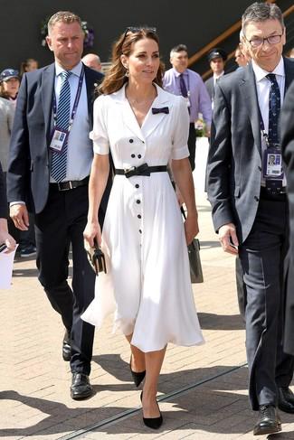 Wie kombinieren: weißes Shirtkleid, schwarze Wildleder Pumps, beige Stroh Clutch, schwarzer Leder Taillengürtel