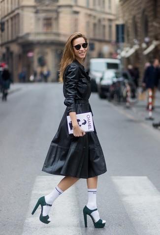 Wie kombinieren: schwarzes Ledershirtkleid, dunkelgrüne Wildleder Sandaletten, weiße und schwarze bedruckte Clutch, weiße Socke