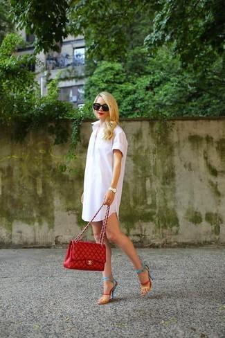 Mehrfarbige Leder Sandaletten kombinieren: trends 2020: Um einen geradlinigen aber stilsicheren Look zu erzielen, erwägen Sie das Tragen von einem weißen Shirtkleid. Mehrfarbige Leder Sandaletten sind eine großartige Wahl, um dieses Outfit zu vervollständigen.