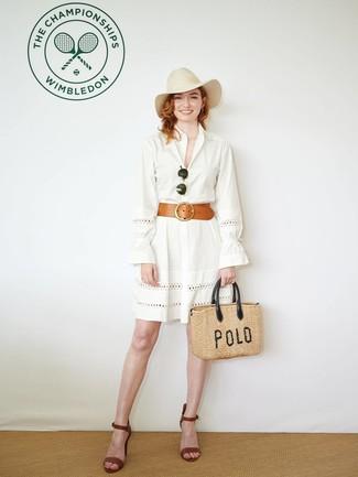 Wie kombinieren: weißes Shirtkleid mit Lochstickerei, braune Leder Sandaletten, beige Shopper Tasche aus Stroh, hellbeige Wollhut
