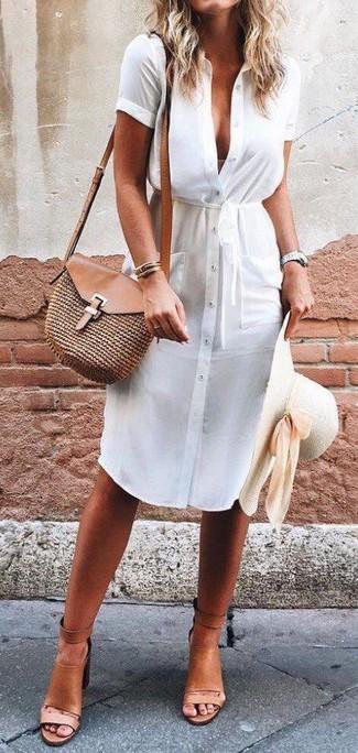 Wie kombinieren: weißes Shirtkleid, beige Leder Sandaletten, braune Stroh Umhängetasche, hellbeige Strohhut