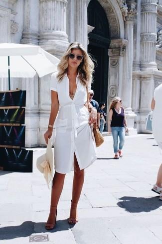 Wie kombinieren: weißes Shirtkleid, beige Leder Sandaletten, beige Stroh Umhängetasche, hellbeige Strohhut