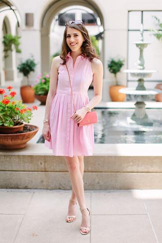 Damen Outfits & Modetrends 2020: Erwägen Sie das Tragen von einem rosa Shirtkleid für ein Alltags-Outfit, das, Charme und Persönlichkeit ausstrahlt. Komplettieren Sie Ihr Outfit mit hellbeige Leder Sandaletten.