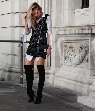 Wie kombinieren: weißes Shirtkleid, schwarzes Pailletten Trägerkleid, schwarze Overknee Stiefel aus Wildleder, schwarze gesteppte Leder Umhängetasche