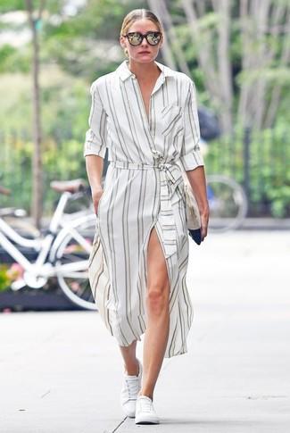 Olivia Palermo trägt Weißes vertikal gestreiftes Shirtkleid, Weiße Niedrige Sneakers, Hellbeige Wildleder Clutch, Dunkelbraune Sonnenbrille
