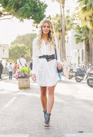 Wie kombinieren: weißes Shirtkleid, schwarze Leder Sandaletten, schwarze Leder Umhängetasche, schwarzer Leder Taillengürtel