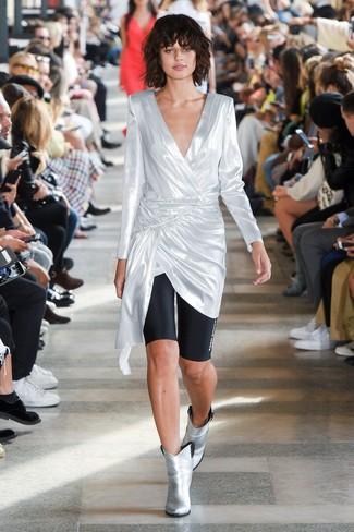 Wie kombinieren: silberne Tunika, schwarze Radlerhose, silberne Leder Stiefeletten
