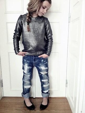 Wie kombinieren: silberner Pullover, dunkelblaue Jeans, schwarze Ballerinas