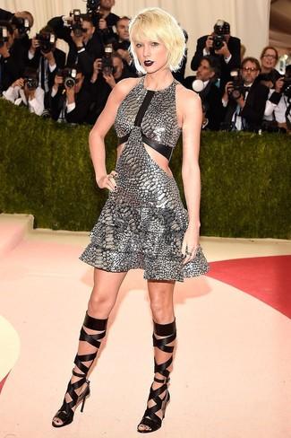 Wie kombinieren: silbernes ausgestelltes Kleid, schwarze hohe Römersandalen aus Leder