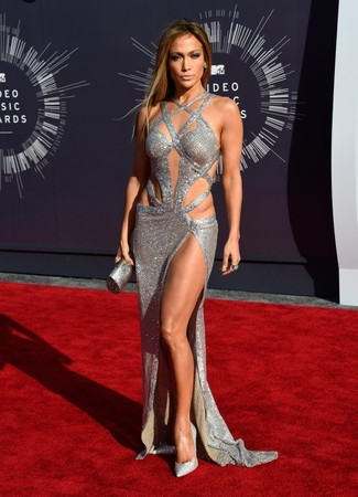 Jennifer Lopez trägt Silbernes Ballkleid mit Ausschnitten, Silberne verzierte Paillette Pumps, Silberne Clutch