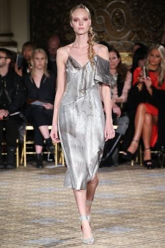 silbernes Camisole-Kleid, silberne Leder Sandaletten für Damen