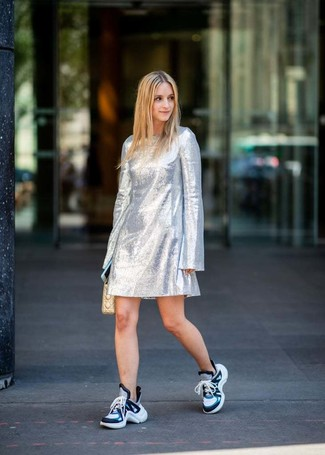Wie kombinieren: silbernes gerade geschnittenes Kleid, blaue Sportschuhe, hellbeige gesteppte Leder Clutch