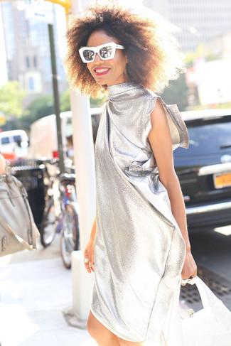 Wie kombinieren: silbernes gerade geschnittenes Kleid, silberne Lederhandtasche, schwarze und weiße Sonnenbrille