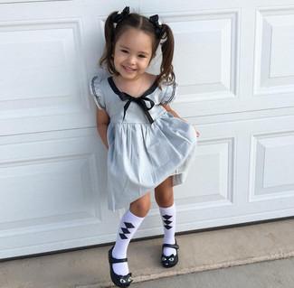 Wie kombinieren: silbernes Kleid, schwarze Ballerinas, weiße und schwarze Socke