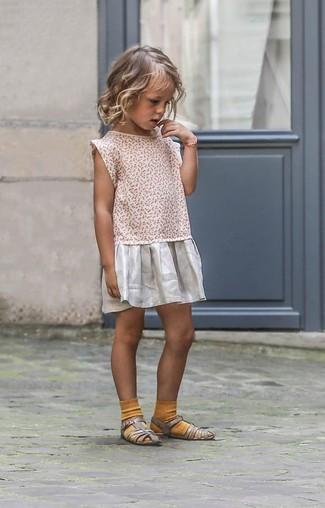 Wie kombinieren: silbernes Kleid, silberne Sandalen, senf Socke