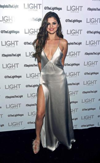 Selena Gomez trägt Silbernes Maxikleid mit Schlitz, Graue Pelz Sandaletten