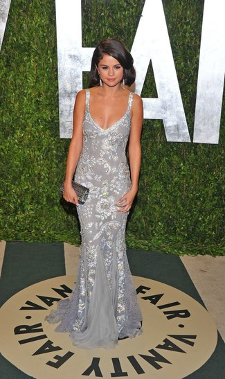 Selena Gomez trägt Silbernes Paillette Ballkleid, Silberne Paillette Clutch