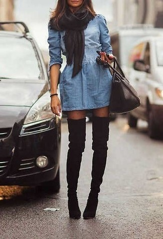 Entscheiden Sie sich für ein blaues Jeans Skaterkleid, um einen schicken, glamurösen Look zu erhalten. Setzen Sie bei den Schuhen auf die klassische Variante mit schwarzen Overknee Stiefeln aus Wildleder.