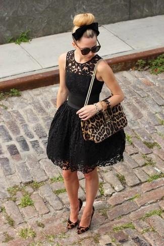 Arbeitsreiche Tage verlangen nach einem einfachen, aber dennoch stylischen Outfit, wie zum Beispiel ein schwarzes spitze skaterkleid und ein schwarzes samt haarband von Eugenia Kim. Machen Sie Ihr Outfit mit braunen wildleder pumps mit leopardenmuster eleganter.
